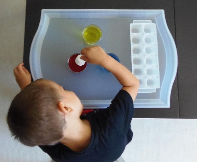 Montessori en Casa: Mezclar colores con cuentagotas
