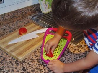 Montessori en Casa - Rallando tomate