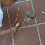 Seguir al niño: Carretera de tiza – Follow the child: Chalk road