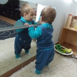 Habitaciones de beb inspiradas en montessori montessori for Espejo y barra montessori