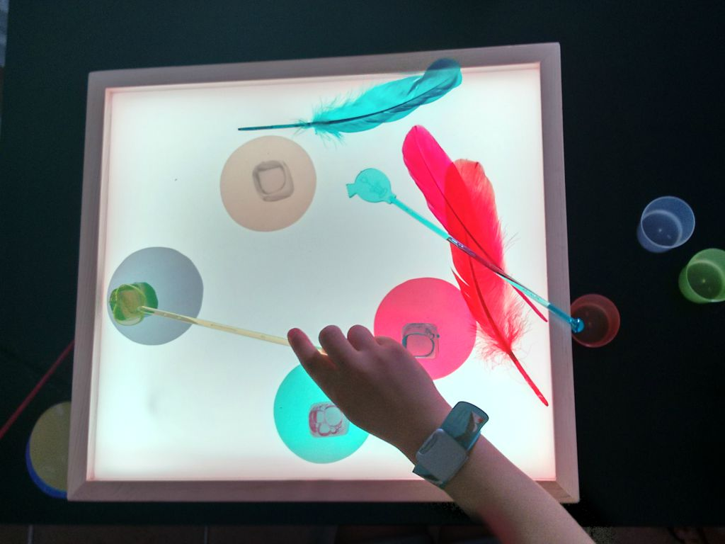 Probando caja de luz mamaluz montessori en casa for Mesa de dibujo con luz