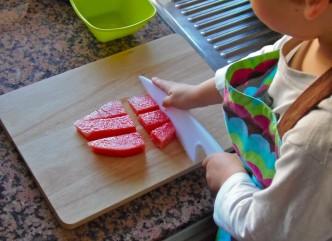 Montessori en Casa - Cortar fruta