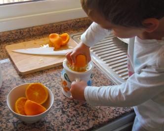 Montessori en Casa: Exprimir naranjas