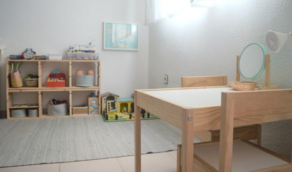 salon mesa y estantes